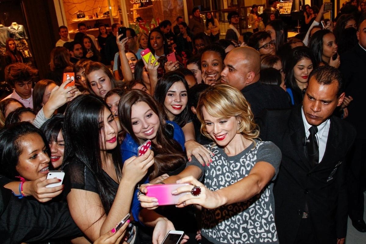 29.jul.2014 - A atriz Mariana Ximenes faz selfie com fãs na inauguração de uma loja da Rosa Chá no Shopping JK Iguatemi, na zona sul de São Paulo, nesta terça-feira