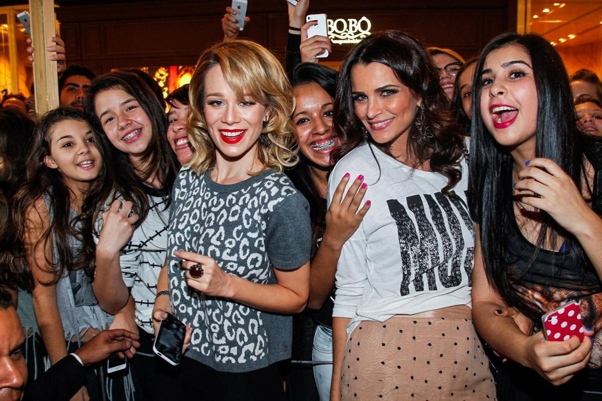 29.jul.2014 - Unidas, Mariana Ximenes e Fernanda Motta posam para selfies na inauguração de uma loja da Rosa Chá no Shopping JK Iguatemi, na zona sul de São Paulo, nesta terça-feira