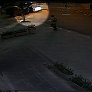 Aos fundos, na imagem, bandidos tentam assaltar equipe do SBT
