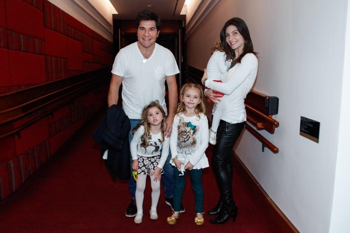 30.jul.2014 - Daniel leva a mulher, Aline de Pádua, e as filhas Lara e Luiza ? acompanhadas de uma amiga ? para assistir ao espetáculo