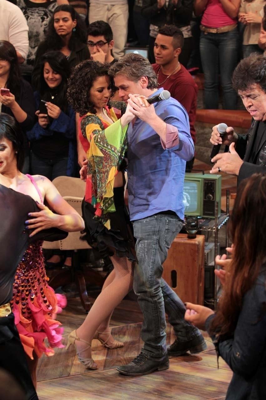 31.jul.2014 - Fabio Assunção dança com uma das bailarinas durante a apresentação de Sidney Magal nas gravações do