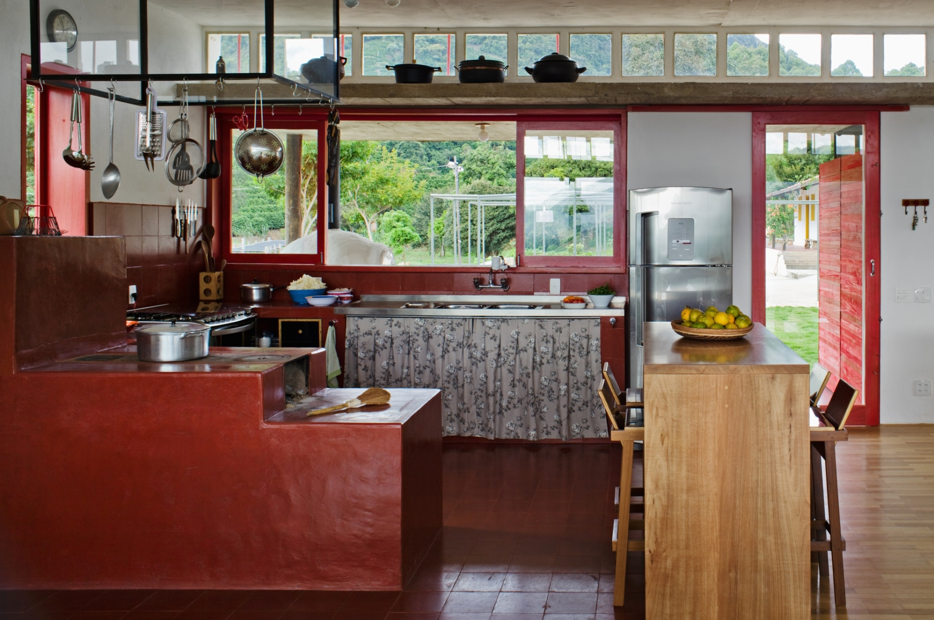 A sala da casa Dom Viçoso, projetada pelo arquiteto Marcelo Ferraz, possui a configuração típica das sedes de fazenda. Ou seja, todos os ambientes integrados: jantar, estar, home theater e cozinha. A vedete do espaço é o fogão a lenha de onde saem quitutes de dar água na boca