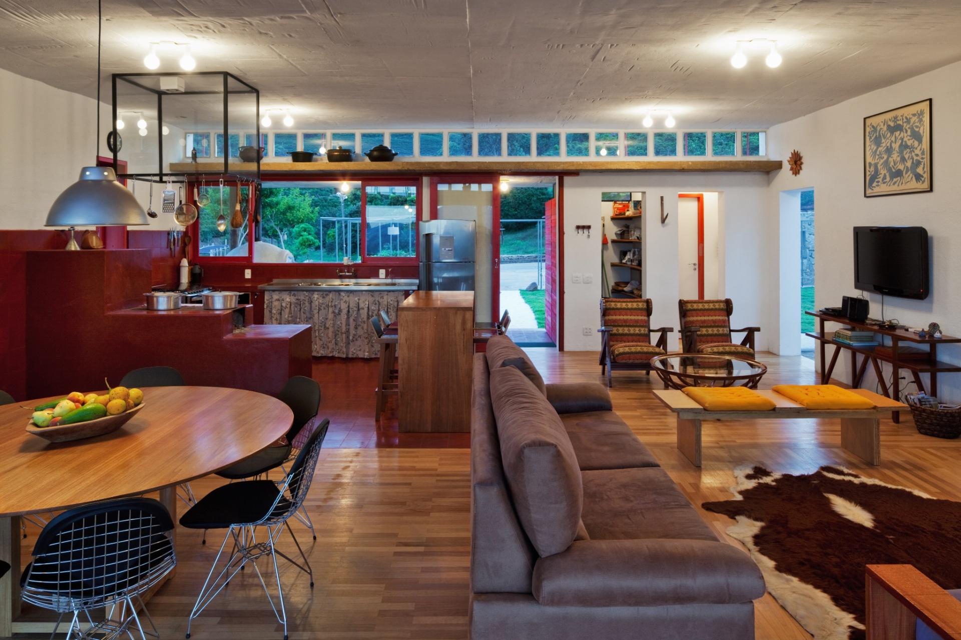 todos os ambientes integrados: jantar estar home theater e cozinha  #A0662B 1920 1279