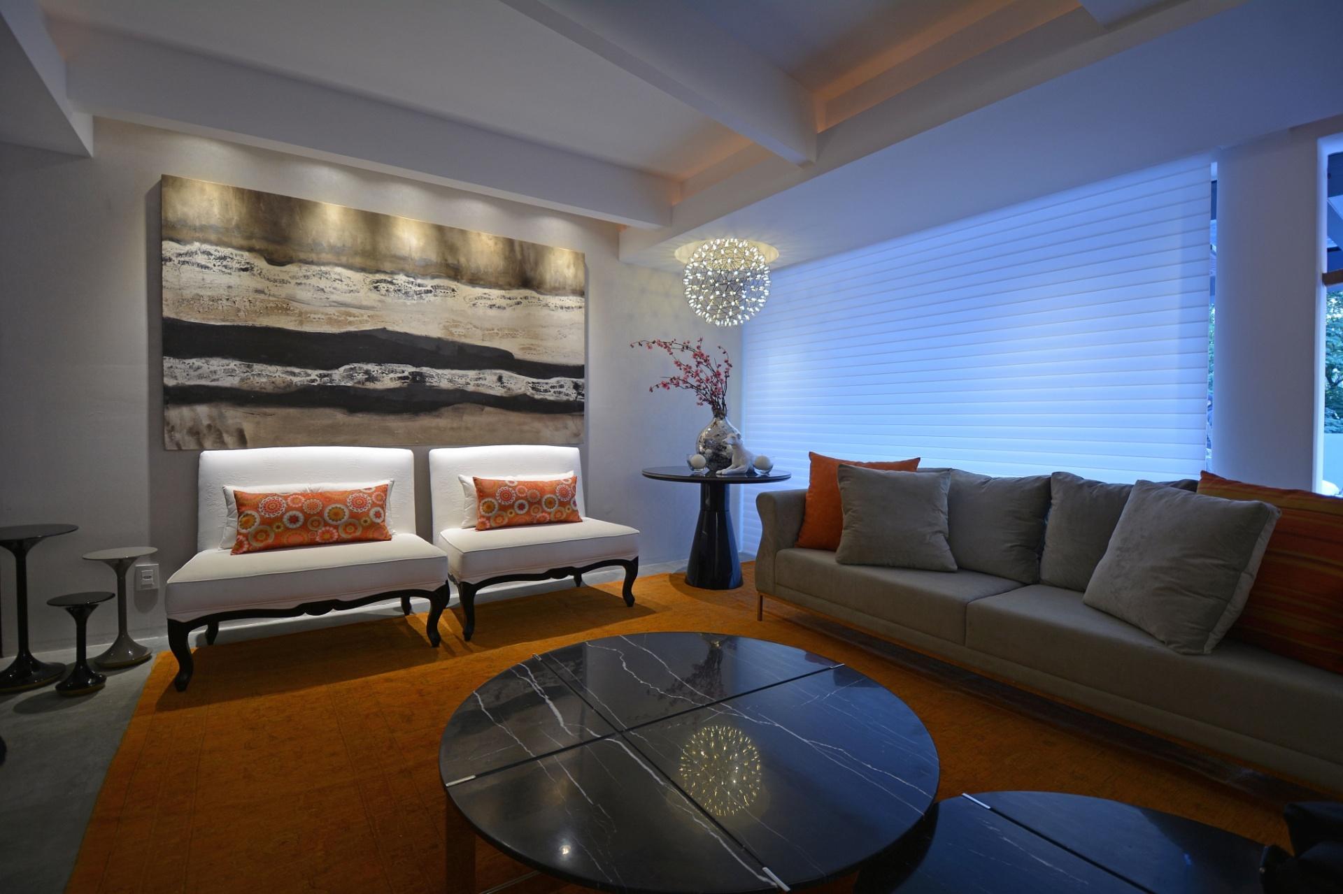 #0C59BF cria contraste na decoração da sala de estar do Loft Cristal de  1920x1279 píxeis em Decoração De Sala De Estar Branco E Preto