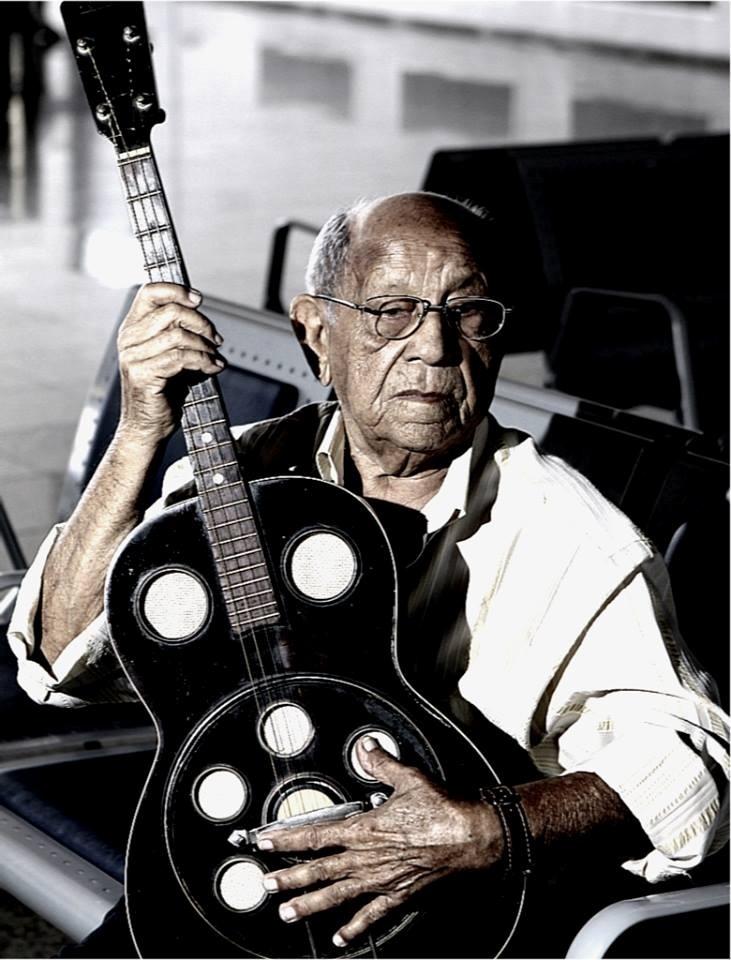 Zé Menezes posa com seu violão