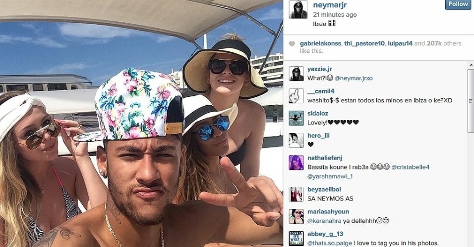 02.ago.2014 - Neymar curte dia de folga em iate com a irmã Rafaella Santos e amigas em Ibiza, na Espanha