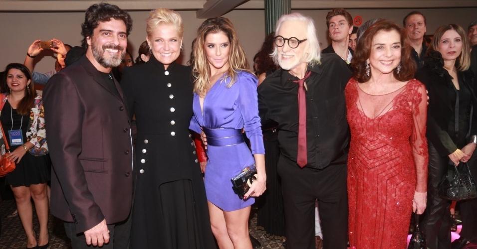 """2.ago.2014 - Junno, Xuxa, Deborah Secco, Francisco Cuoco e Betty Faria posam juntos na festa de lançamento da novela """"Boogie Oogie"""""""