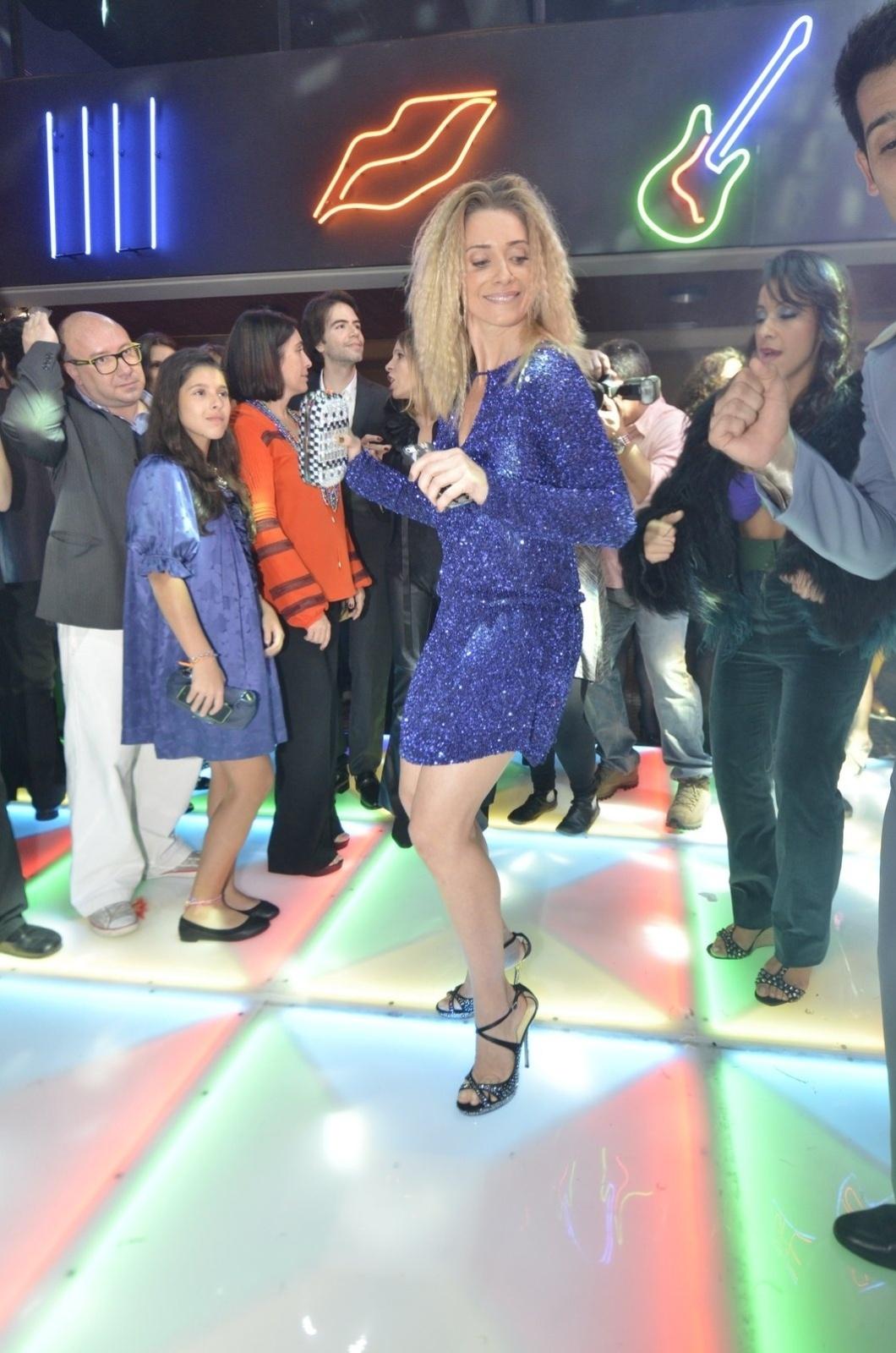 2.ago.2014 - Letícia Spiller dança ao som de música dos anos 70 na festa da novela