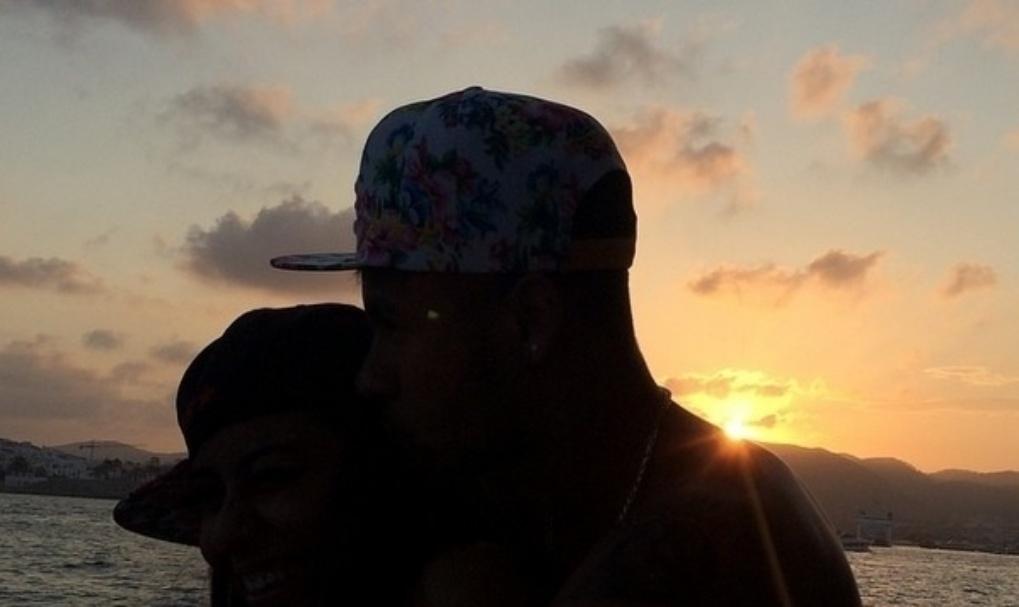 2.ago.2014 - Neymar curte pôr do sol ao lado da irmã Rafella Santos, em Ibiza