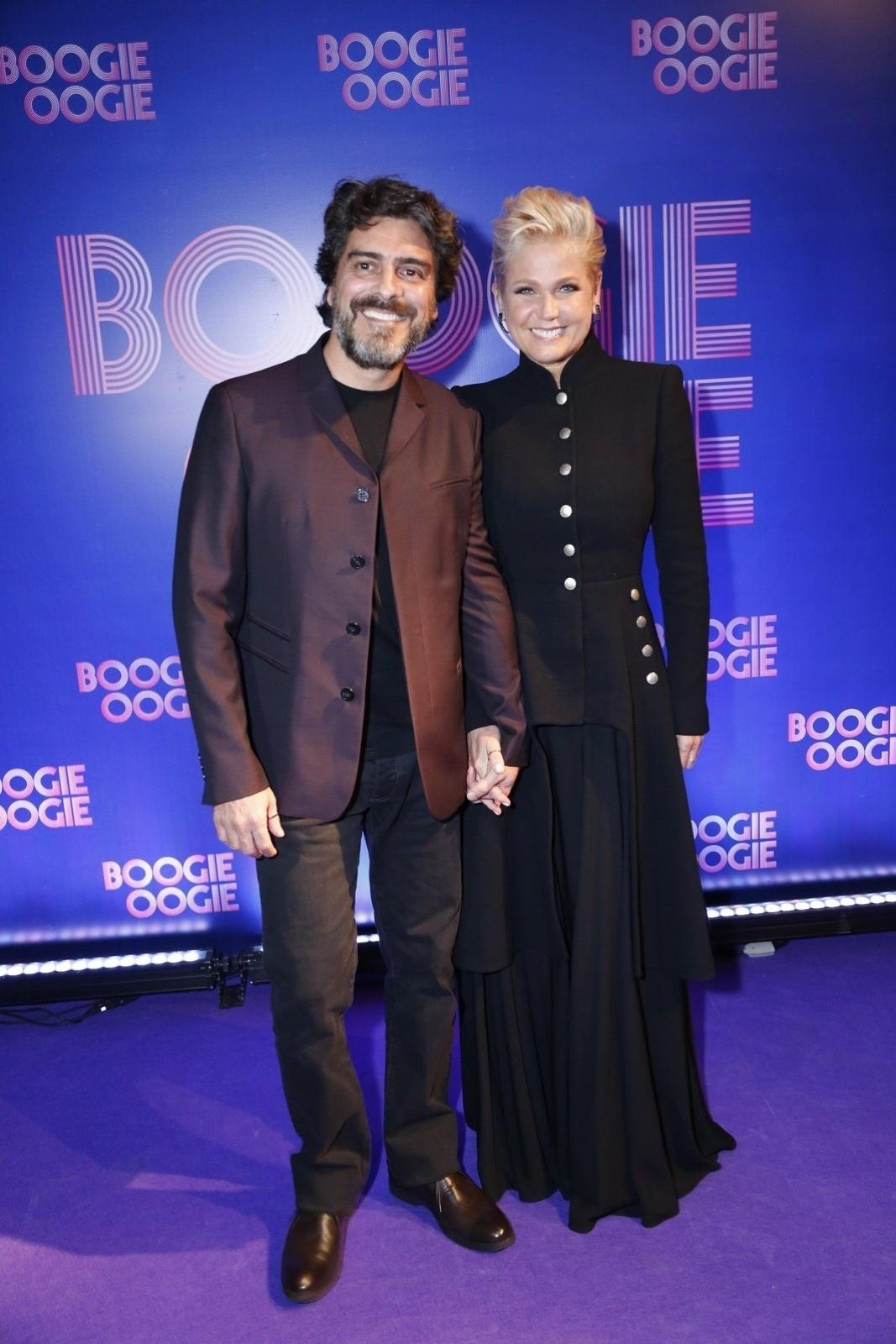 2.ago.2014 - Xuxa acompanha o namorado Junno no lançamento da novela