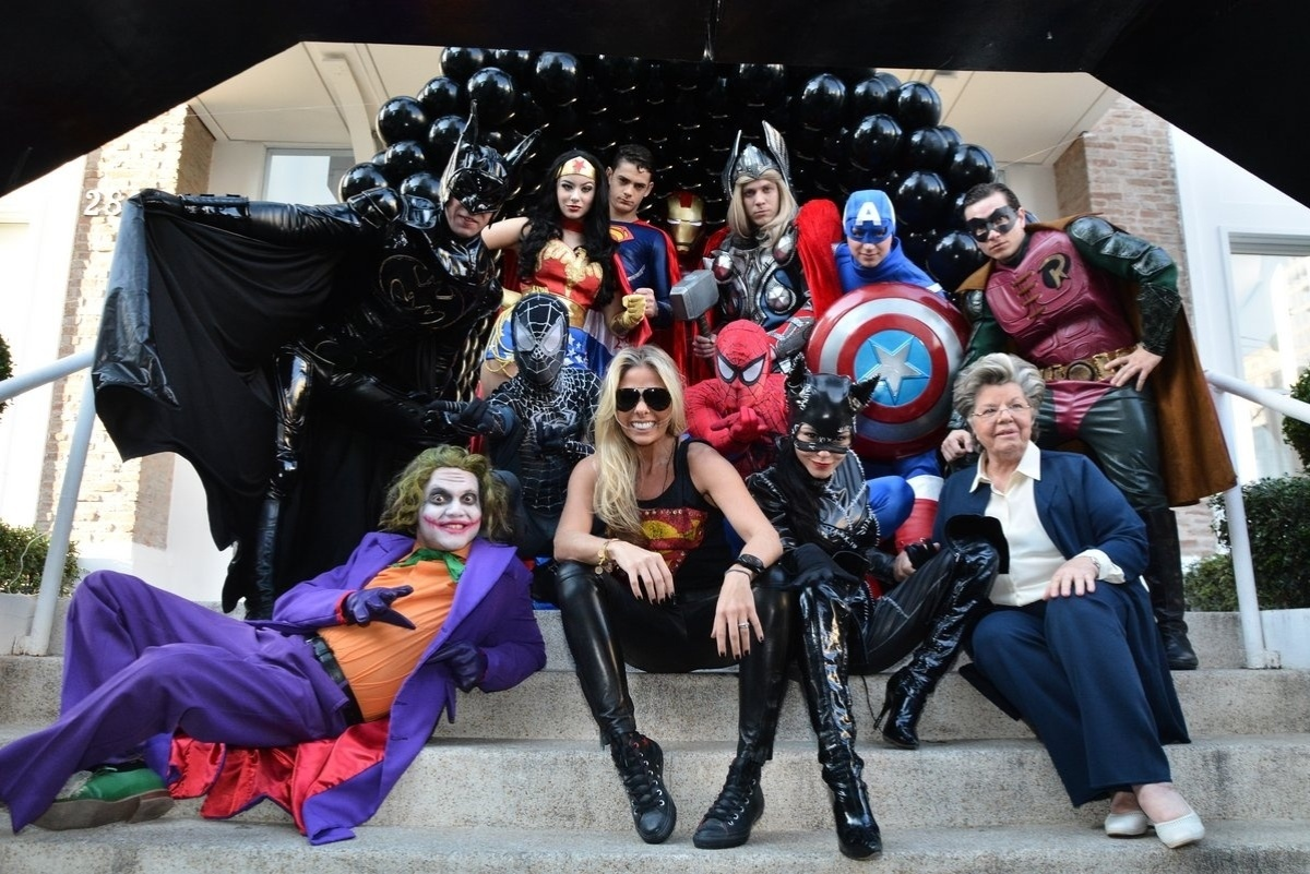 04.ago.2014 - Adriane Galisteu e a mãe, D. Emma, posam ao lado dos super-heróis contratados para animar a festa de quatro anos de Vittorio