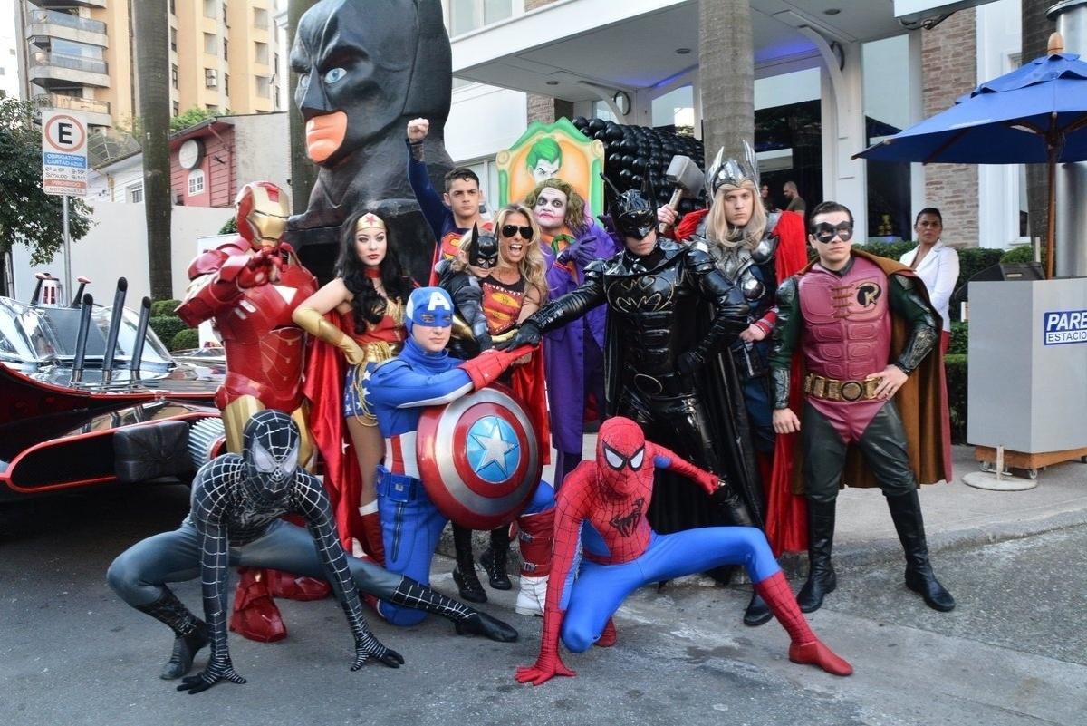 04.ago.2014 - Galisteu e o filho posam com super-heróis na festa de quatro anos de Vittorio, que tem o tema Batman