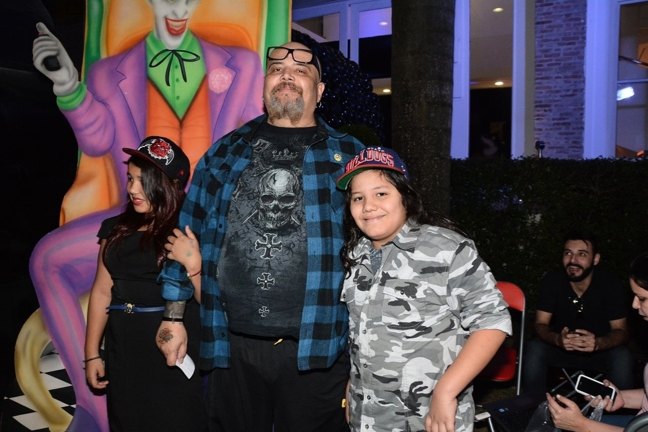 4.ago.2014 - João Gordo e filhos também marcaram presença durante o evento, em São Paulo