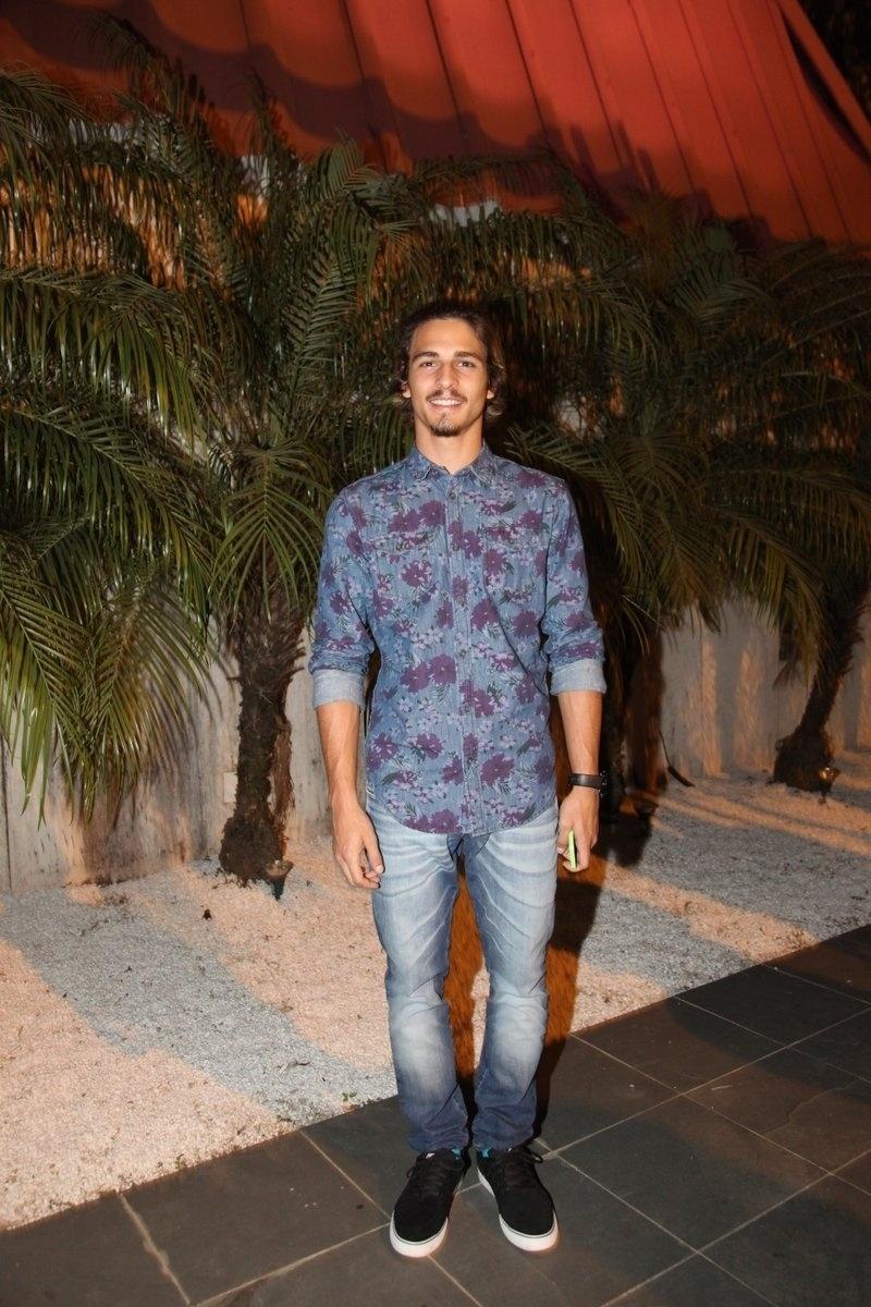4.ago.2014 - O ator Brenno Leone se reuniu com o elenco de