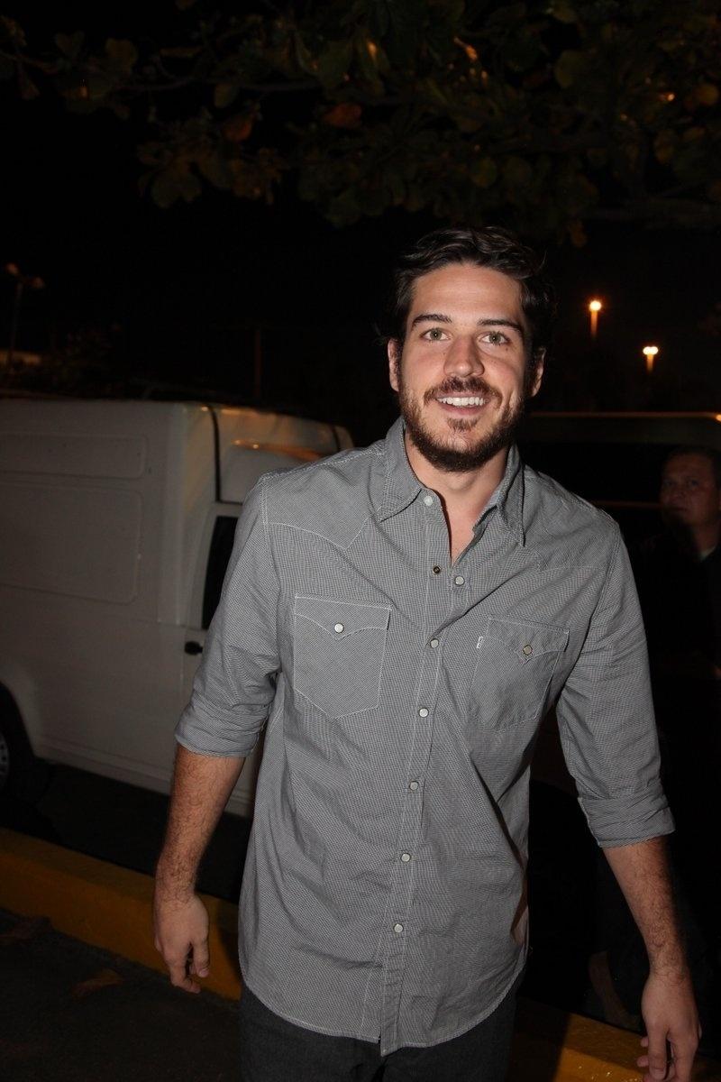 4.ago.2014 - O ator Marco Pigossi se reuniu com o elenco de
