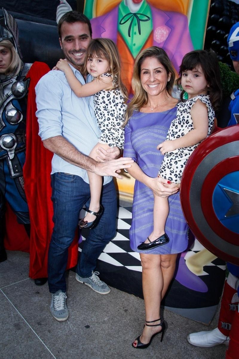 4.ago.2014 - O casal Patrícia Maldonado e Guilherme Maldonado levam as pequenas Nina e Maitê ao aniversário de Vittorio, em buffet, em São Paulo