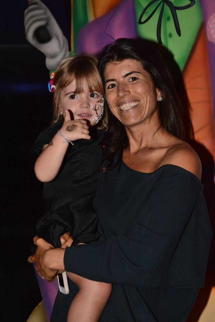 4.ago.2014 - Rossana Fittipaldi, esposa de Emerson Fittipaldi, chega com a filha ao aniversário de Vittorio