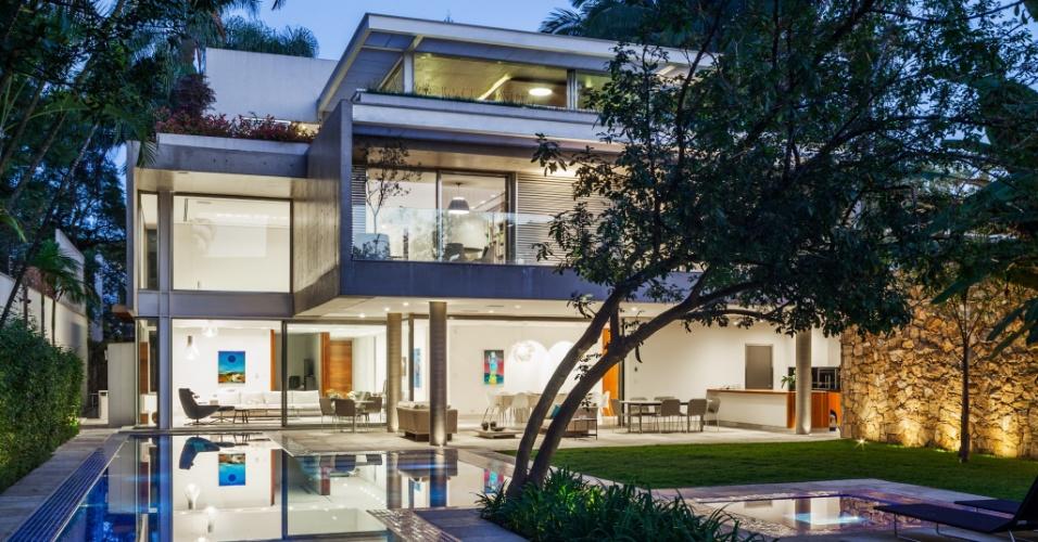 Na fachada posterior, o projeto arquitetônico do escritório Reinach Mendonça privilegiou o jogo de texturas e volumes, espacialmente à noite, quando são destacados pela iluminação planejada pelo engenheiro Antonio Carlos Mingorne