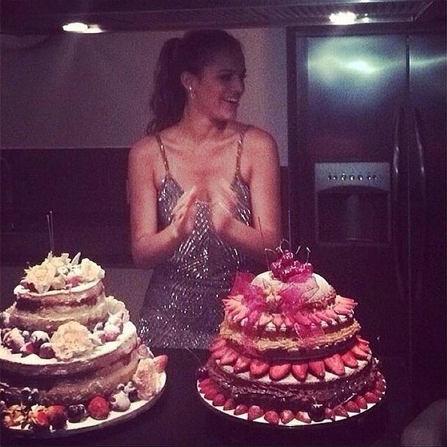 04.ago.2014- A festa de Bruna Marquezine teve dois bolos na mesa principal do salão de festa no apartamento no Leblon. A atriz embarca nesta terça-feira (5) para Los Angeles, nos Estados Unidos, onde vai rodar seu primeiro filme em Hollywood