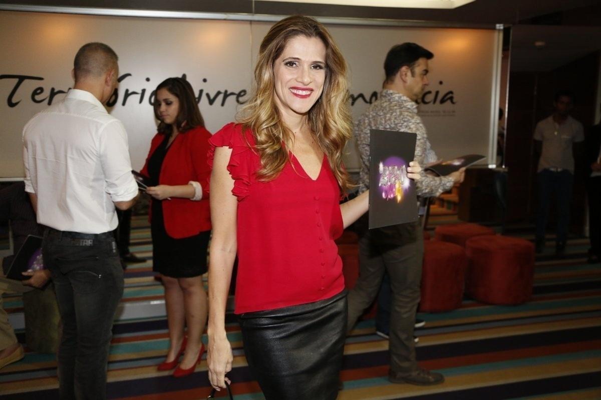 4.ago.2014 - A atriz Ingrid Guimarães prestigia o espetáculo