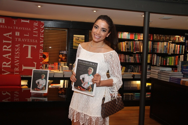 5.ago.2014 - Anitta prestigiou a noite de autógrafos do livro
