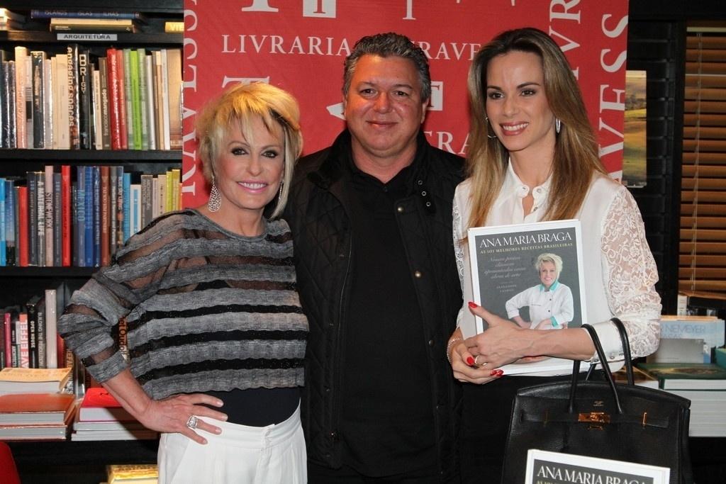 5.ago.2014 - Boninho e Ana Furtado prestigiaram a noite de autógrafos do livro