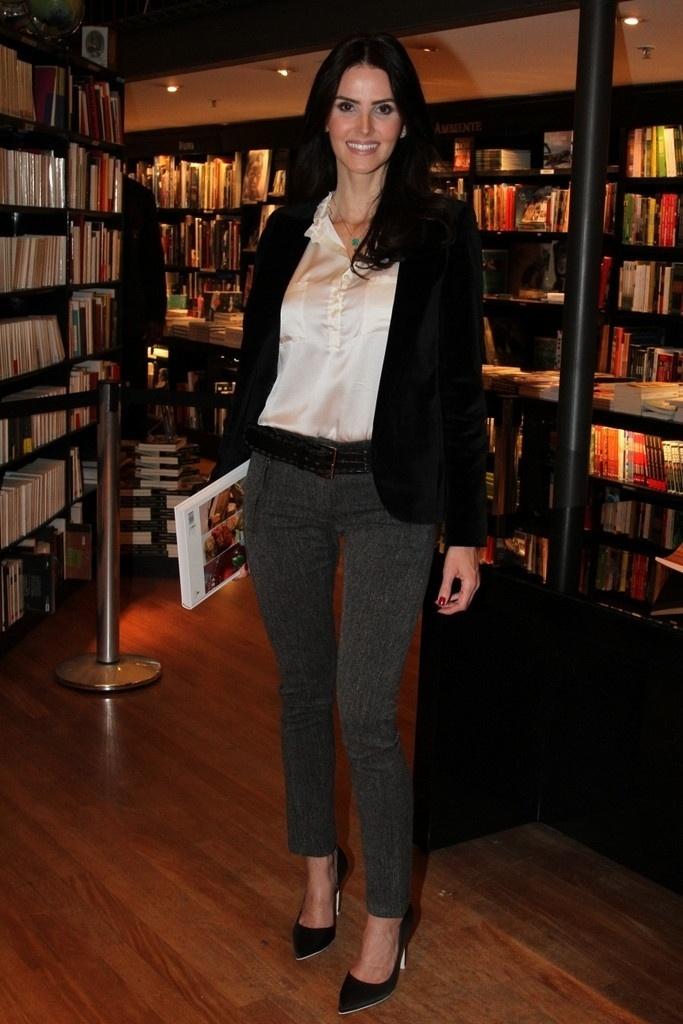 5.ago.2014 - Lisandra Souto prestigiou a noite de autógrafos do livro