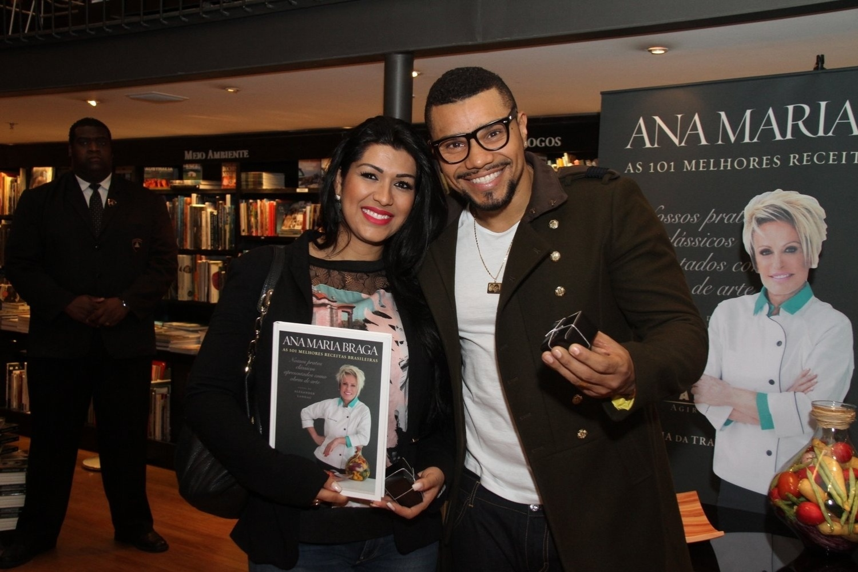 5.ago.2014 - Naldo Benny e Moranguinho prestigiaram a noite de autógrafos do livro