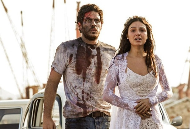 5.ago.2014 - Sandra chega ao local de acidente e se desespera ao ver corpo de noivo