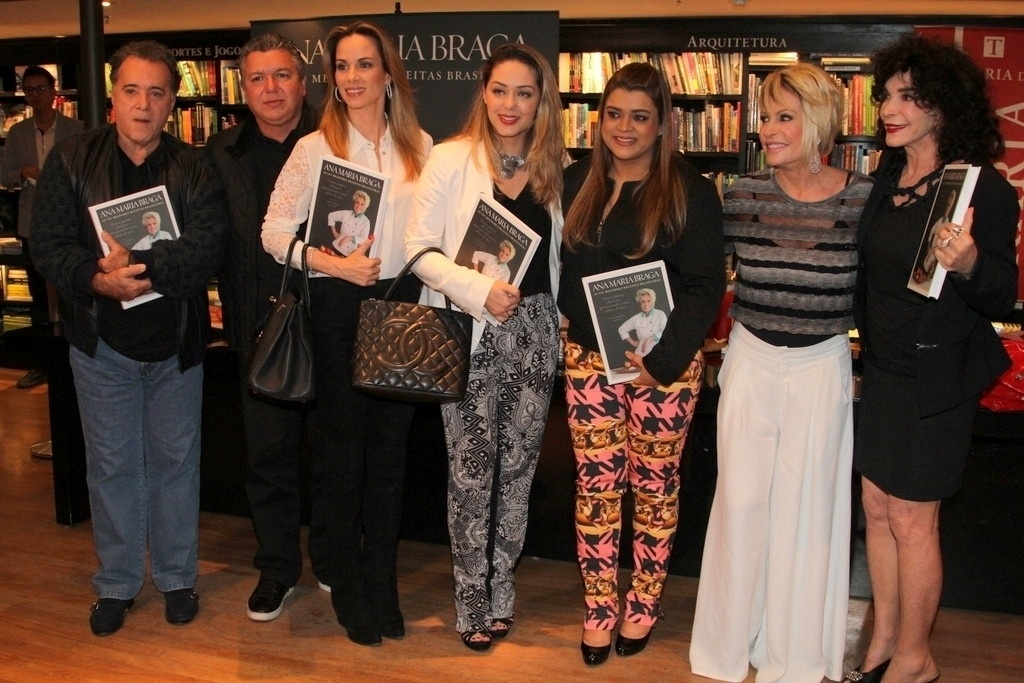 5.ago.2014 - Tony Ramos, Boninho, Ana Furtado, Tania Mara, Preta Gil e Lady Francisco prestigiaram a noite de autógrafos do livro
