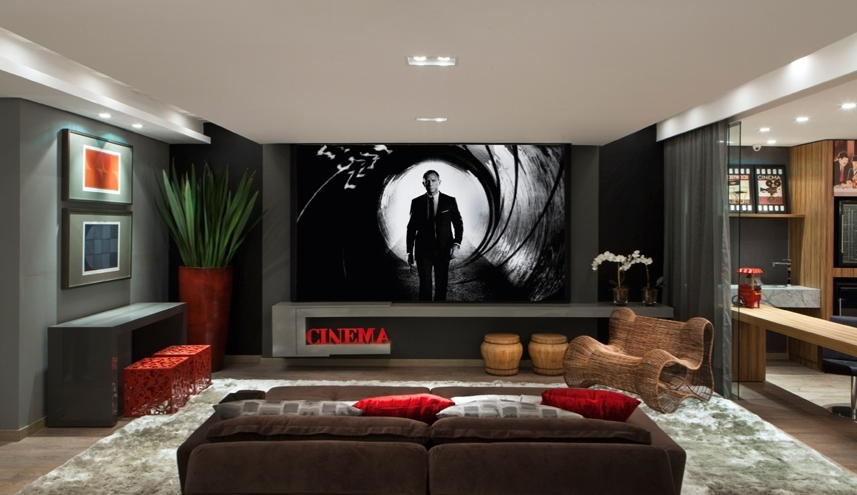 No espaço Cinema em Casa, da arquiteta Katya Ocampos, a decoração em tons sóbrios é despojada e ao mesmo tempo aconchegante. Entre os móveis, o sofá é reclinável e automatizado
