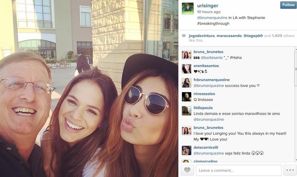 7.ago.2014 - Bruna Marquezine aparece em selfie com o produtor Uri Singer e a amiga Stéphannie Oliveira