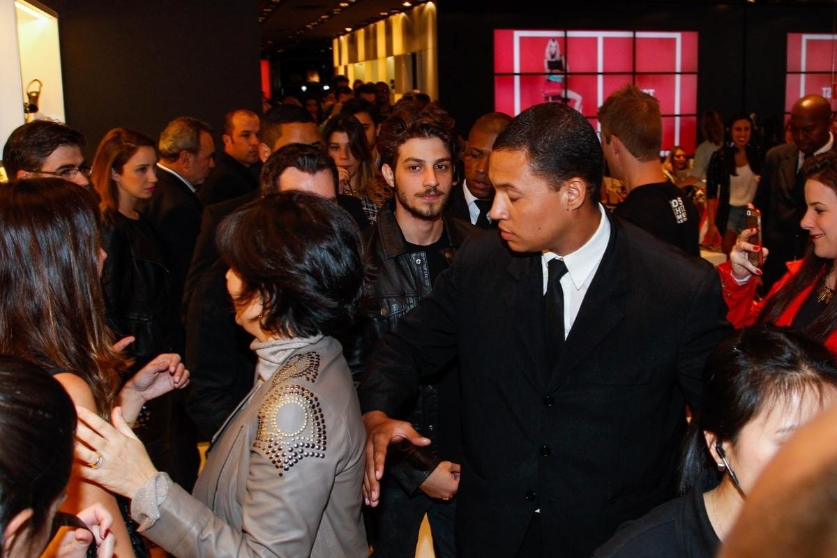 7.ago.2014 - Chay Suede precisa caminhar cercado por seguranças dentro da loja