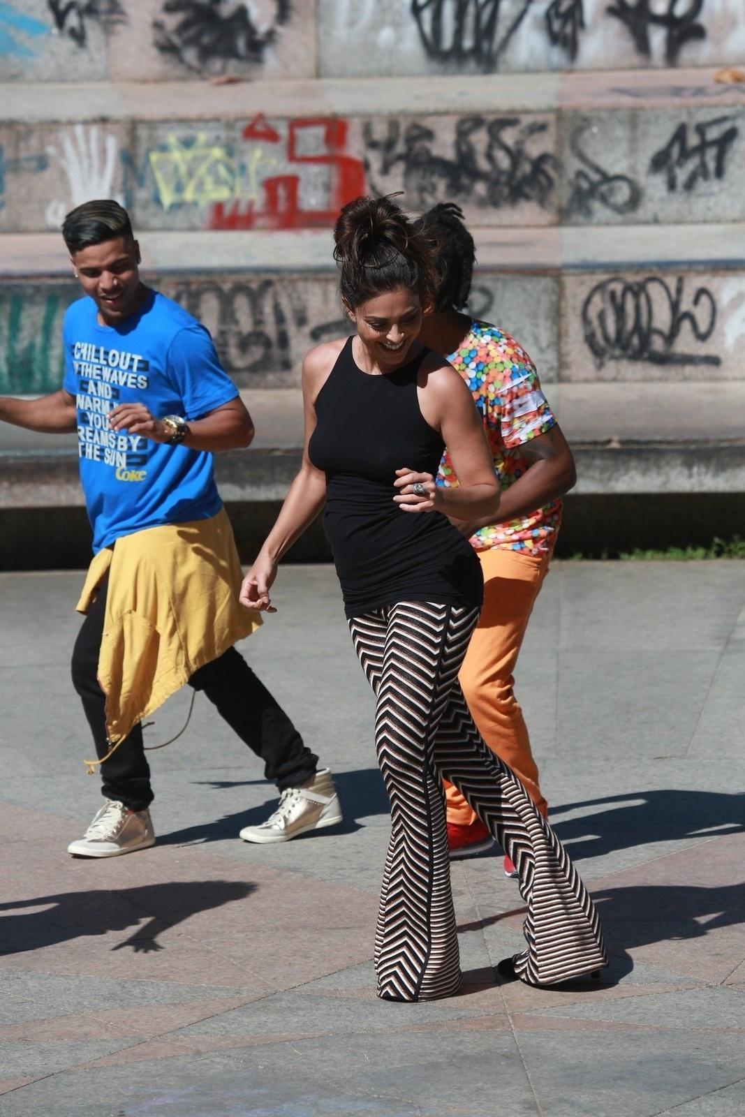 7.ago.2014 - Juliana Paes se jogou no funk em gravação do