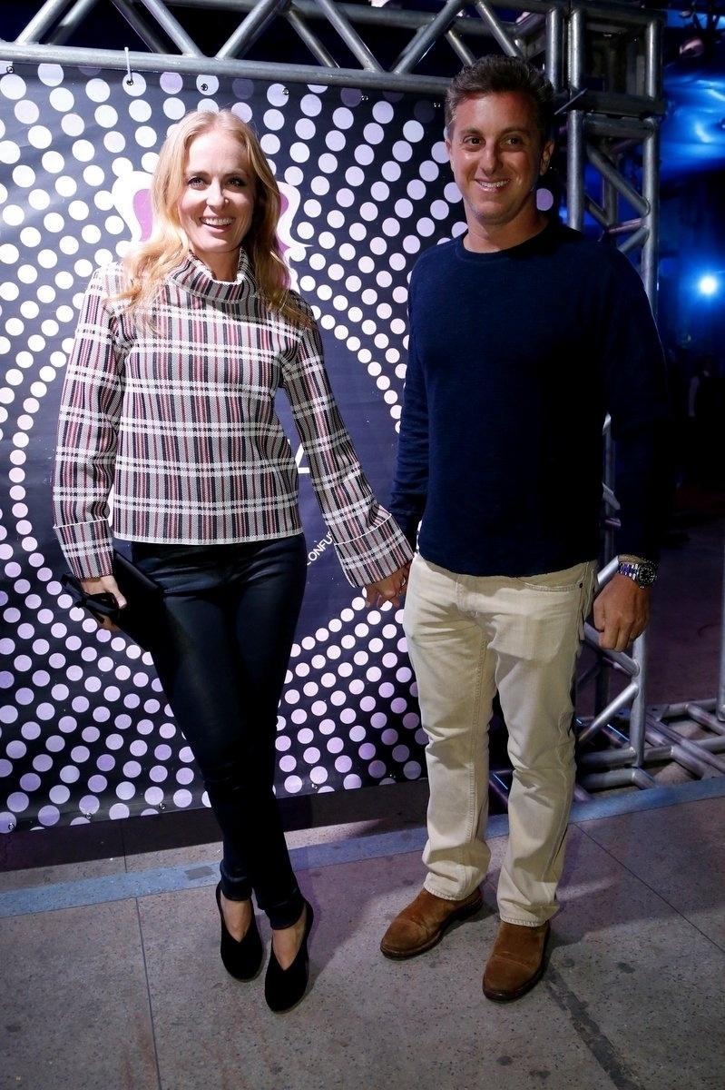 7.ago.2014 - O casal de apresentadores Angélica e Luciano Huck chega junto ao aniversário de 40 anos da cantora Preta Gil no baile