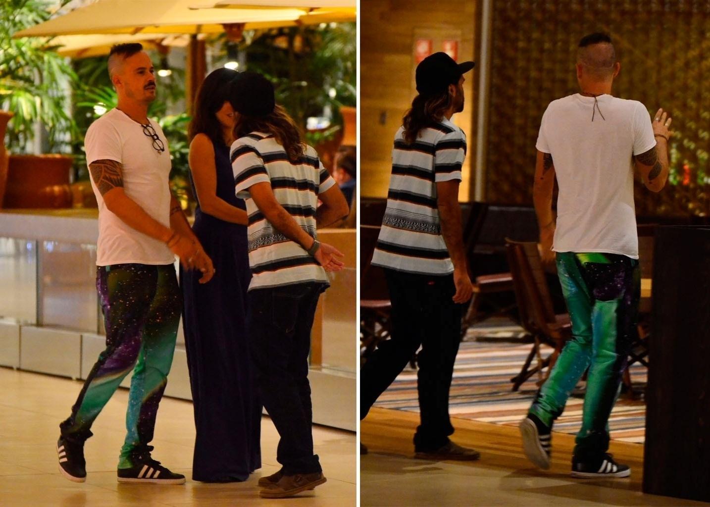 7.ago.2014 - Paulinho Vilhena se encontra com amigos para um jantar com amigos em um shopping da Barra da Tijuca, na zona oeste do Rio de Janeiro, nesta quinta-feira