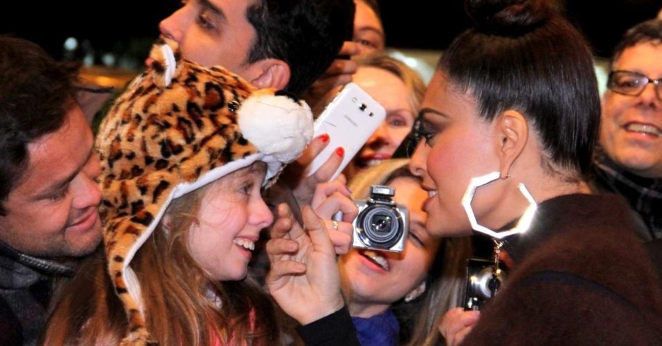 8.ago.2014 - Juliana Paes acaricia fã que a aborda no tapete vermelho da abertura do 42° Festival de Cinema de Gramado, no Rio Grande do Sul, na noite desta sexta-feira