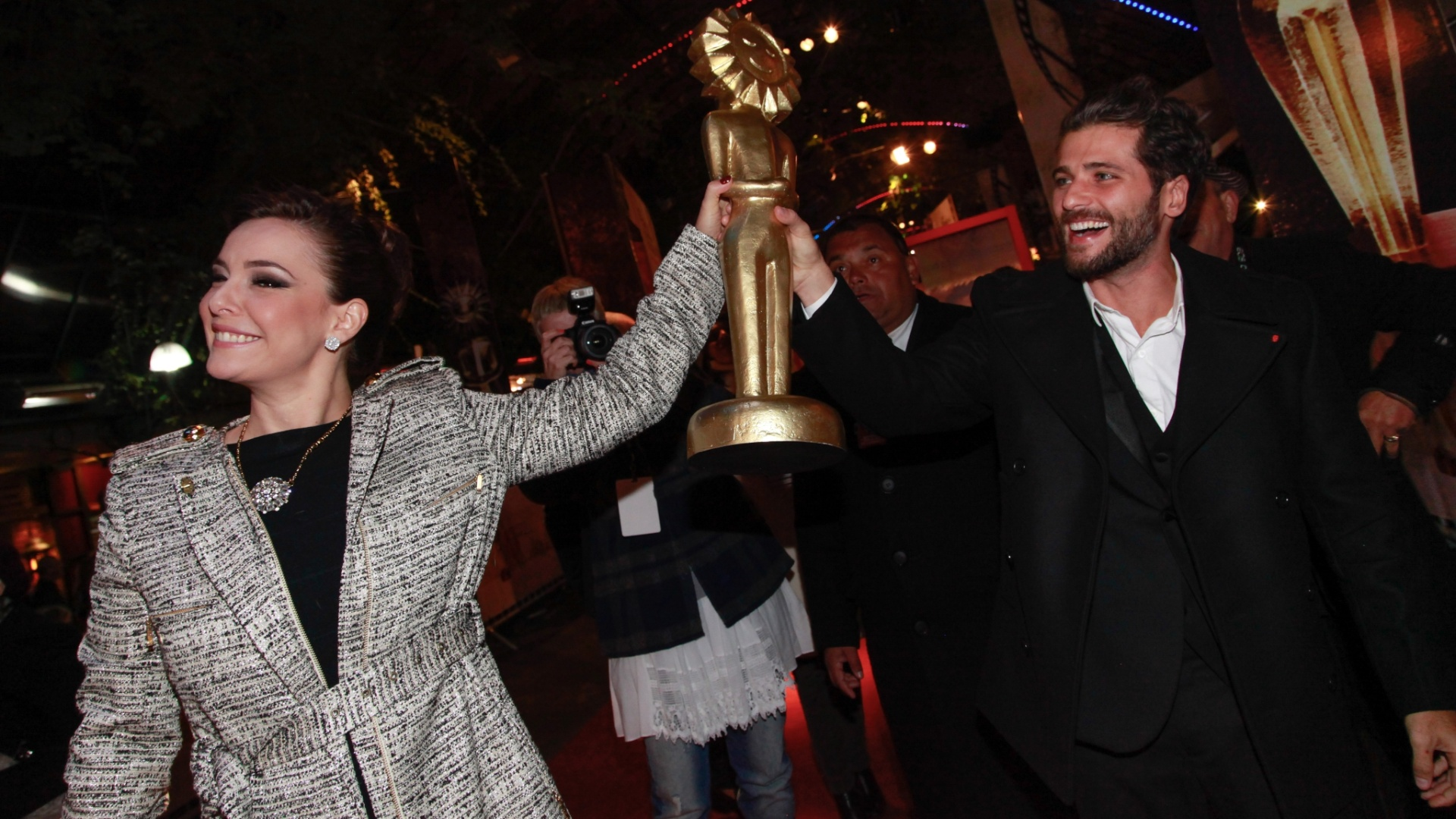 8.ago.2014 - Regiane Alves e Bruno Gagliasso seguram um Kikito gigante no tapete vermelho da abertura do 42° Festival de Cinema de Gramado, no Rio Grande do Sul, na noite desta sexta-feira