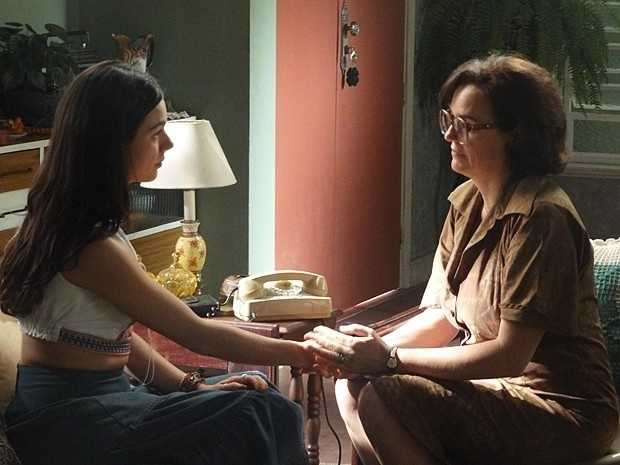 9.ago.2014 - Sandra (Isis Valverde) convence Augusta (Sandra Corveloni) a pedir ajuda de Fernando