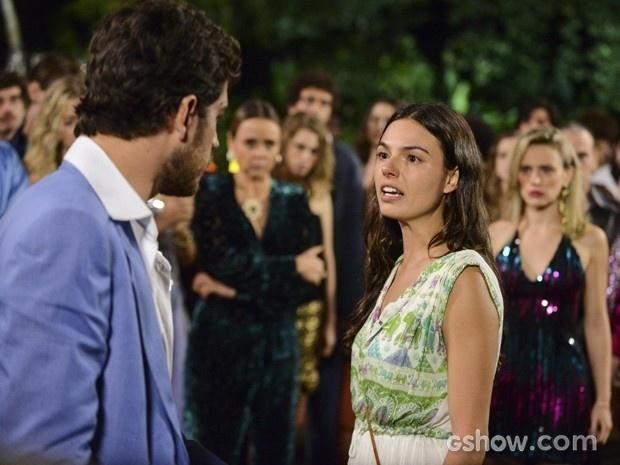 9.ago.2014 - Sandra (Isis Valverde) interrompe pedido de casamento de Rafael (Marco Pigossi) e diz