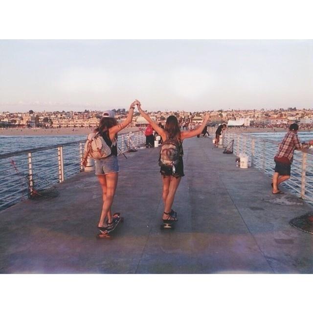 11.ago.2014 - Bruna Marquezine e Stéphannie Oliveira andam de skate no pier de uma praia da Los Angeles. A atriz está desde a semana passada na cidade americana para gravar seu primeiro filme internacional