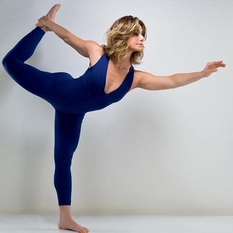 Com 41 anos, a atriz Letícia Spiller mantém a forma praticando ioga