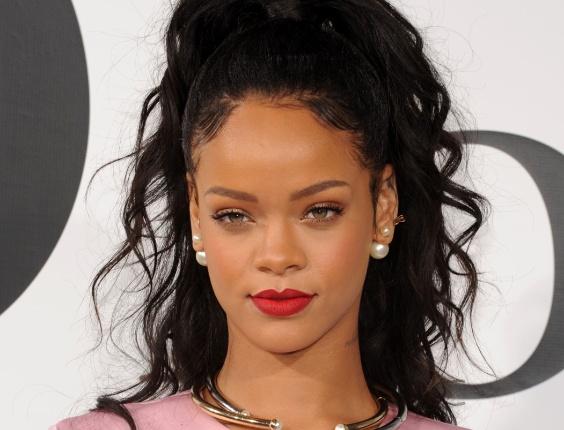 Rihanna usando brincos de pérola Dior