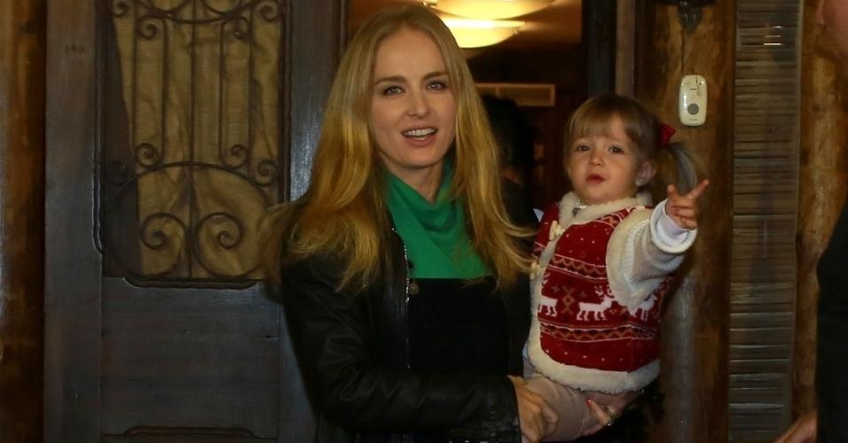 14.ago.2014- Angélica leva a caçula Eva ao aniversário de José, filho de Carolina Dieckmann com Tiago Worcman em uma casa de festas no Itanhangá, Rio de Janeiro