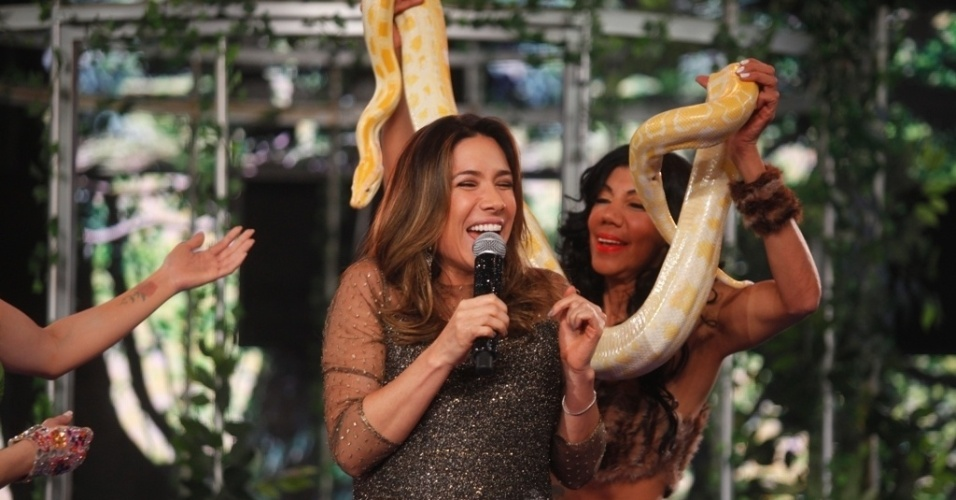 Ago.2014 - Patrícia Abravanel encarou um abraço de cobra no último