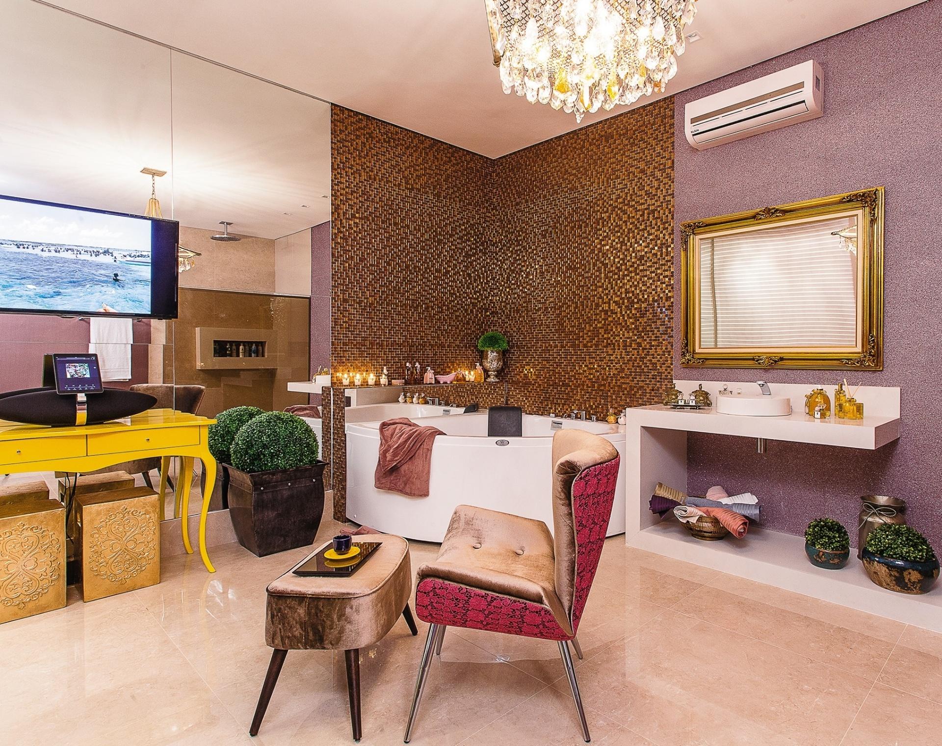 Preza a Sala de Banho da Moça tem entre os acabamentos as pastilhas  #C59906 1920x1520 Banheiro Com Pastilhas Douradas