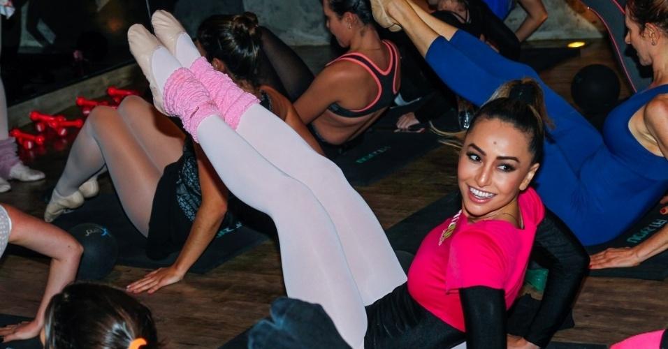 16.ago.2014 - Com amigas, de meia calça e body, Sabrina Sato faz aula de balé diferente, o