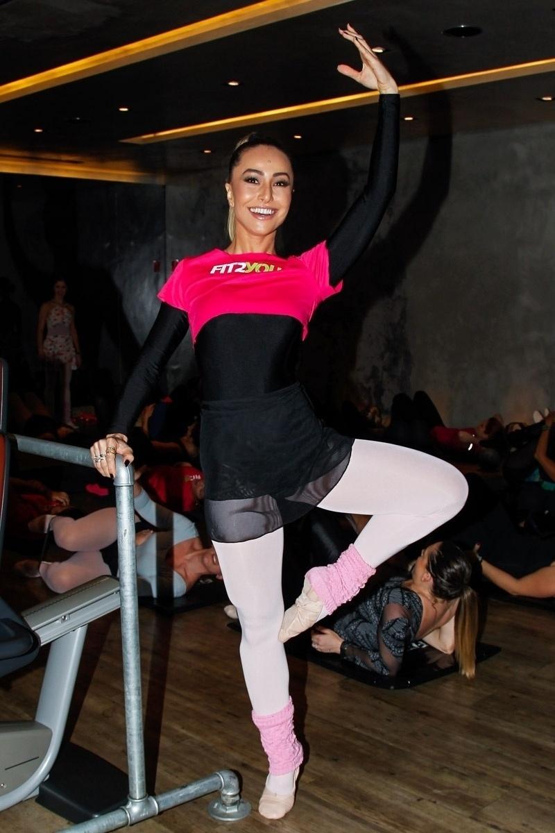 16.ago.2014 - Descontraída, Sabrina faz posições do balé em aula com amigas, em sua academia de São Paulo