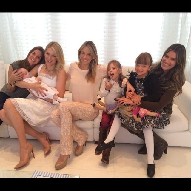 17.ago.2014 - Ana Hickmann convida Ticiane Pinheiro e a filha Rafa Justus e amigas para o batizado do seu filho Alexandre, de cinco meses
