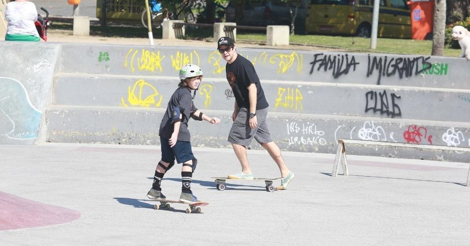 17.ago.2014 - Murilo Benício anda de skate com o filho, na praça do Ó, na Barra da Tijuca, Rio de Janeiro